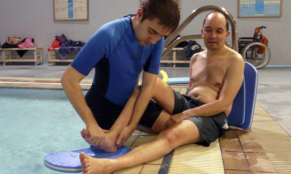 Fotografía en sesión de fisioterapia en piscina. Socios de AMDEM