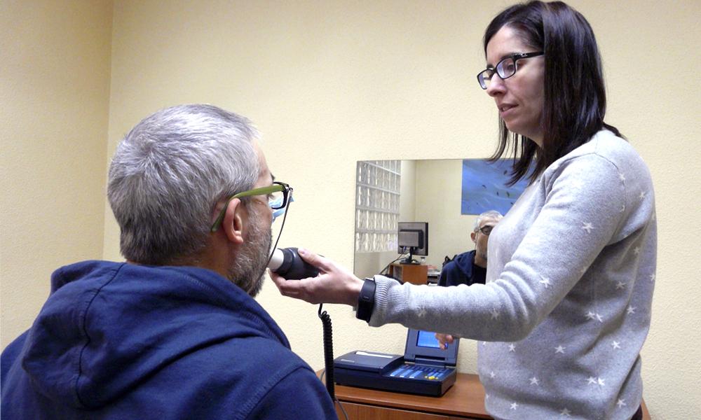 Fotografía de sesión de Logopedia en la Asociación Mostoleña de Esclerosis Múltiple