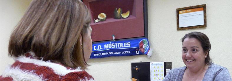 Fotografía tomada en sesión de médico rehabilitador en Asociación AMDEM Esclerosis Múltiple.